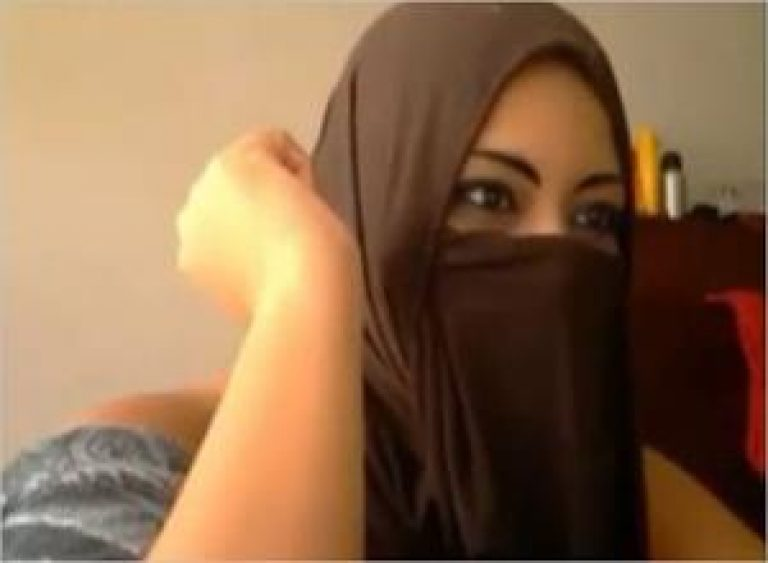 Muslim cam girl using dildo